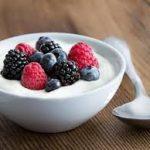 9 Manfaat Yoghurt Untuk Wanita – Infeksi Miss V, Tulang Keropos, Dsb.